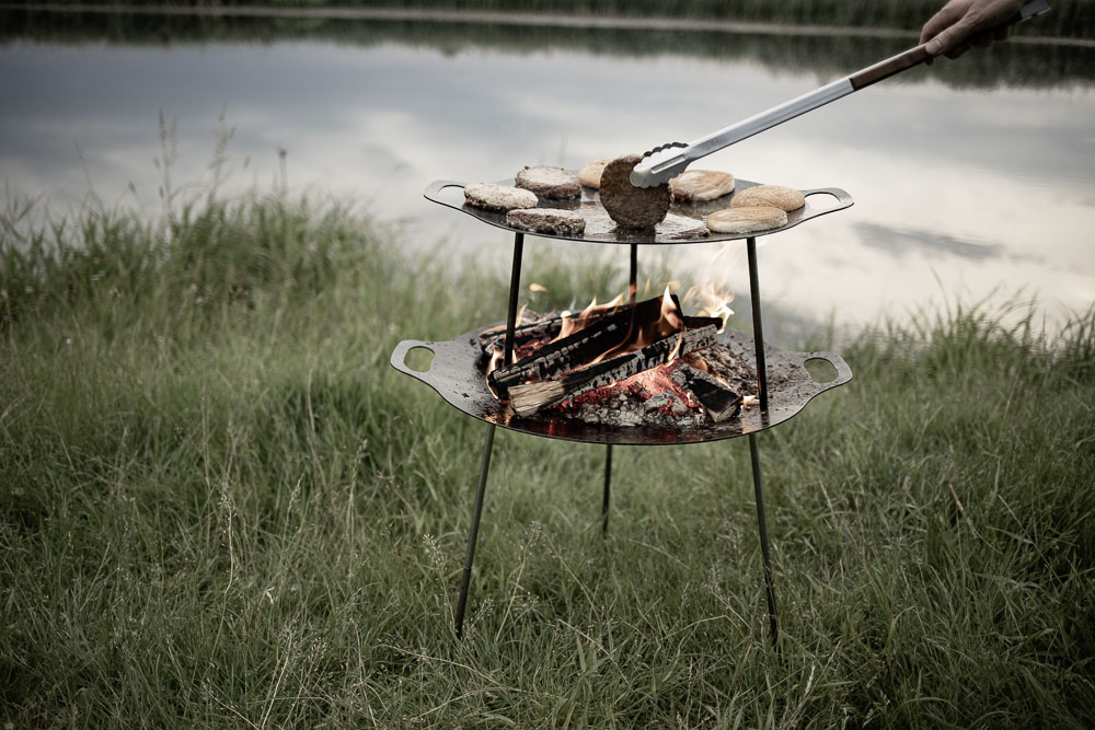 Grill-und Feuerschale fs38 gestapelt Grill-und Kohlenzange Griddle and Fire Bowl stacked BBQ and Coal Tongs