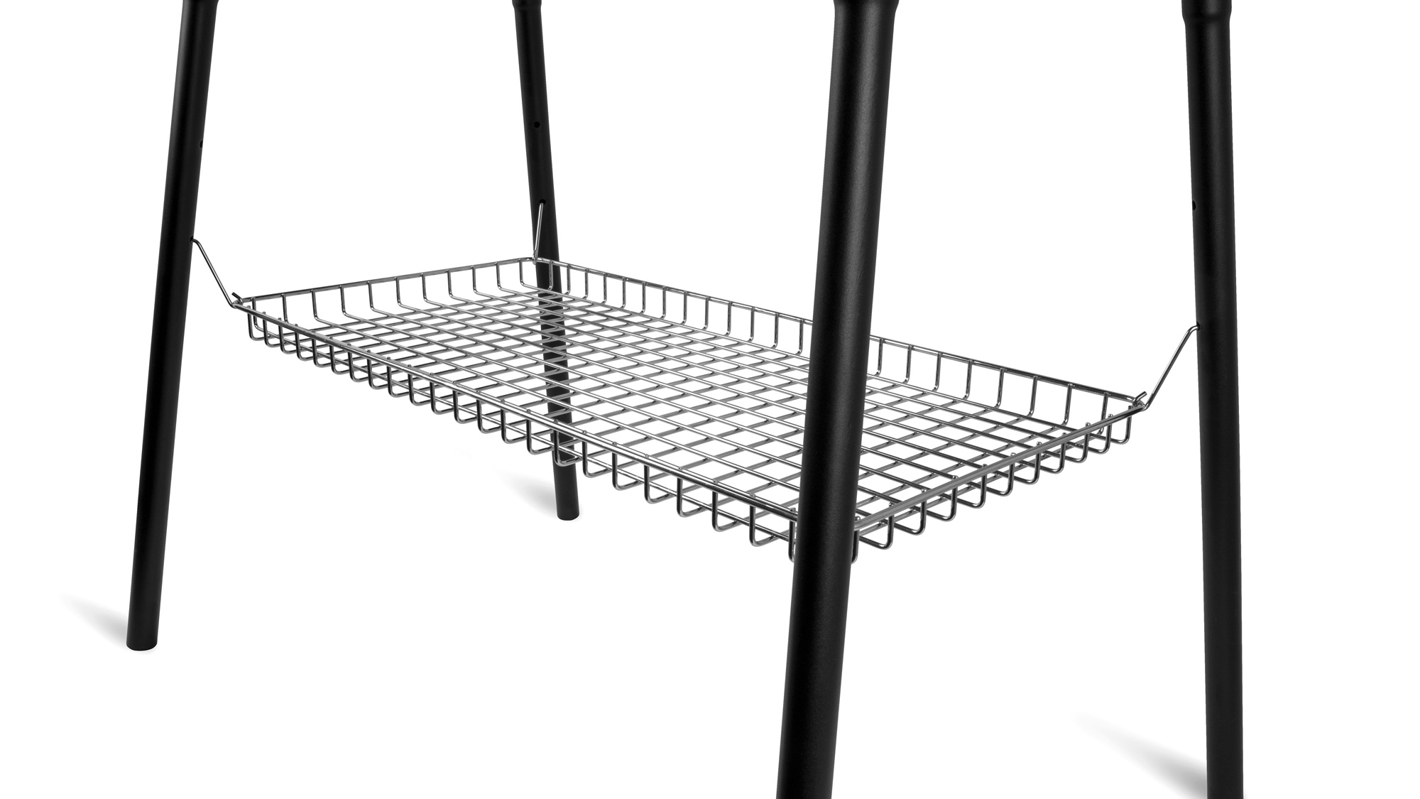 Petromax_Ablagekorb-fuer-Feuertopf-Tisch-fe90-montiert_Grid-Tray-for-Dutch-Oven-Table-hooked_tray90